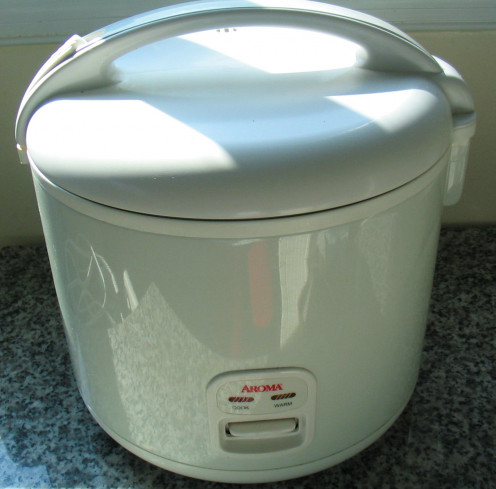 "This is a basic model rice cooker. It has a simple ""on"" button that automatically switches to ""warm"" when the rice is finished. It comes with a steaming tray for veggies and has a non-stick cooking insert."