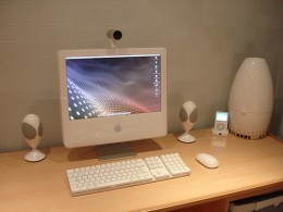 A personal computer with fast Internet connection is all you need to start working at home. (Photo courtesy by _nathan from Flickr)