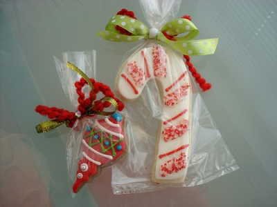 If you plan to eat the cookies, you can package them before you hang them on the tree. Tie them with decorative ribbons.