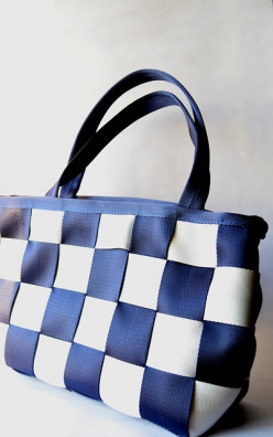 Celebrities with Large Handbags Bigger is Better