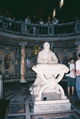 Tomb of Pope Pio IX, kneeling to the Manger.