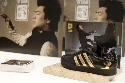 Lang Lang brand Adidas trainers - Photo © adifansnet