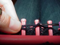 Knitting off no-wrap stitch on a knitfy knitter loom