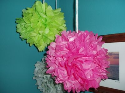 These pom poms were made with along piece of  yarn tied in the center instead o wire. 2 flowers with the yarn tied together and