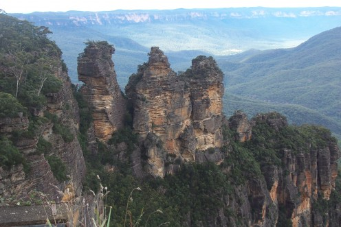 The eroded ridge formation of the Three Sisters is part of the Seven Sisters and has profound spiritual significance to the Aboriginal people.