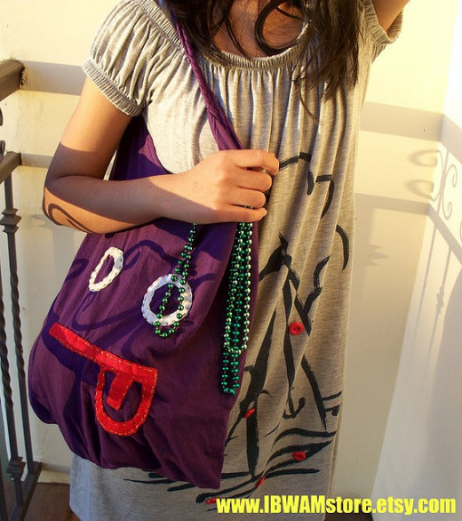 This bag was made by recycling an old t-shirt, and then a face made of felt was sewn on.