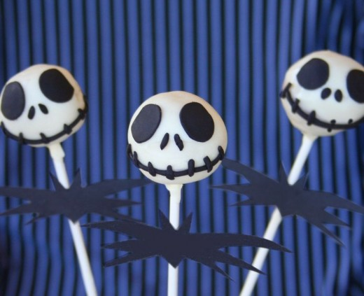 Simple Jack Skellington cake pops. Such a great idea!  From: http://www.sugarturntable.com