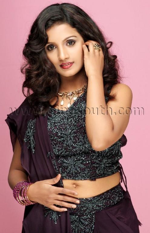 Tamil Actresses Navel Sun Tv Vj Mahalakshmi Navel Pictures to pin on ...
