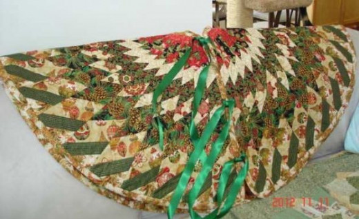 Front of tree skirt with Green Ribbon
