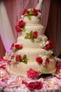 How To Accessorize Your Wedding Cake