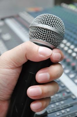 Belajar memegang mikrofon dengan betul