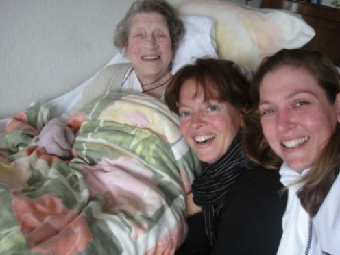 Mom and her grand daughters Iske May and Lynn Karijn