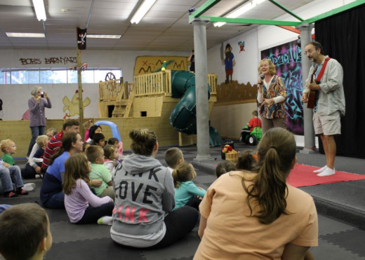 Author Tami Cantarano entertaining my nephew and other children at Kidz Club in Phoenix, New York.