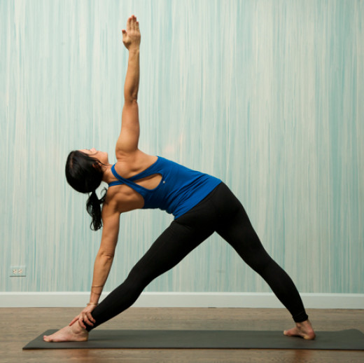Practicing yoga on a black natural rubber mat will allow an ideal balance between comfort, agility and practicality. i