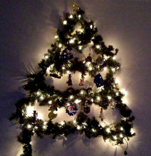 Wall Christmas Tree Using Lights : Make a Wall Christmas Tree with Garlands and Lights