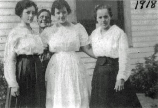 Ruth Vining in the center 1918